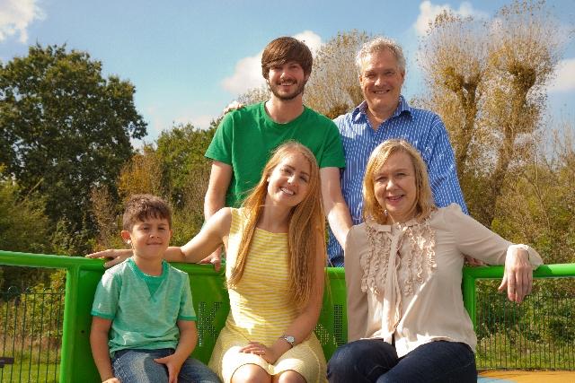 フェンスに腰掛ける家族
